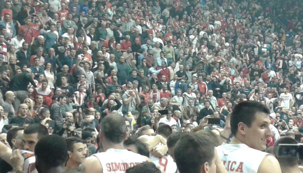 Kao porodica – Igrači u zagrljaju navijača posle utakmice