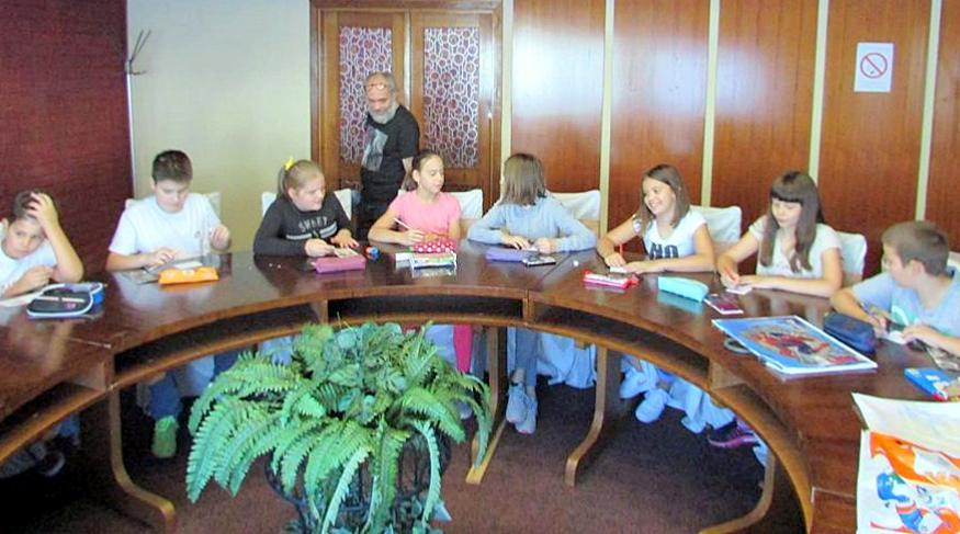 U prostoru gde je postavljena izložba učenici OŠ V. Markićević slikali su minijature na formatu papira 10 x 7,5 cm.